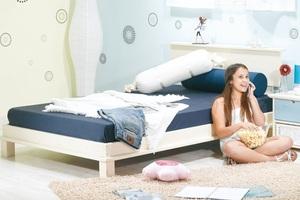 מיטת נוער עצמלה דגם ליאם מעץ אורן מלא